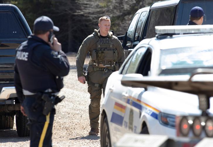 Rendőrök a bűncselekmény után a kanadai Portapique-ban 2020. április 19-én.
