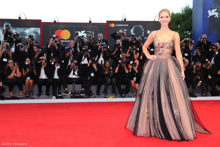A 2017-es Velencei Filmfesztiválon egy kissé hercegnős ruhát választott magának, nagy szoknyával, itt-ott áttetsző felsőrésszel