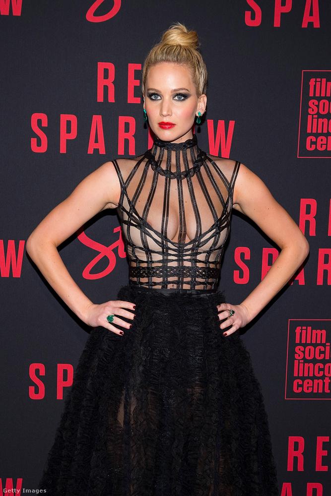 Micsoda mistress! A Vörös veréb New York-i premierjén bújt ebbe az enyhén dominajelmezre emlékeztető ruhába