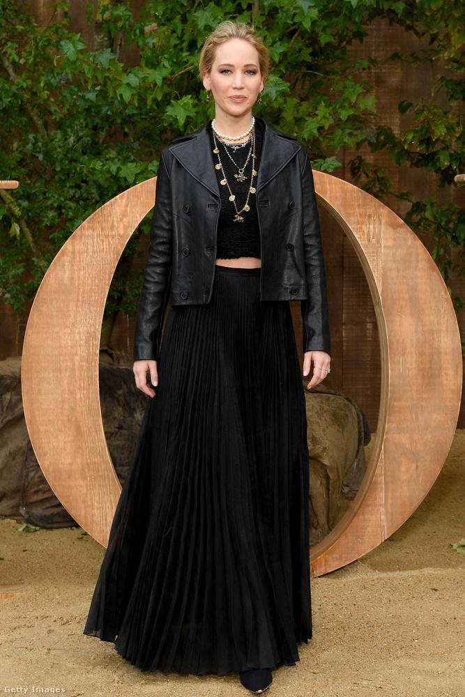 Ez a kép például tavaly ősszel készült, és bár  abban nem vagyunk 100%-ig biztosak, hogy ez is egy Dior-ruha rajta, az tuti, hogy a márka divatbemutatóján készült a fotó