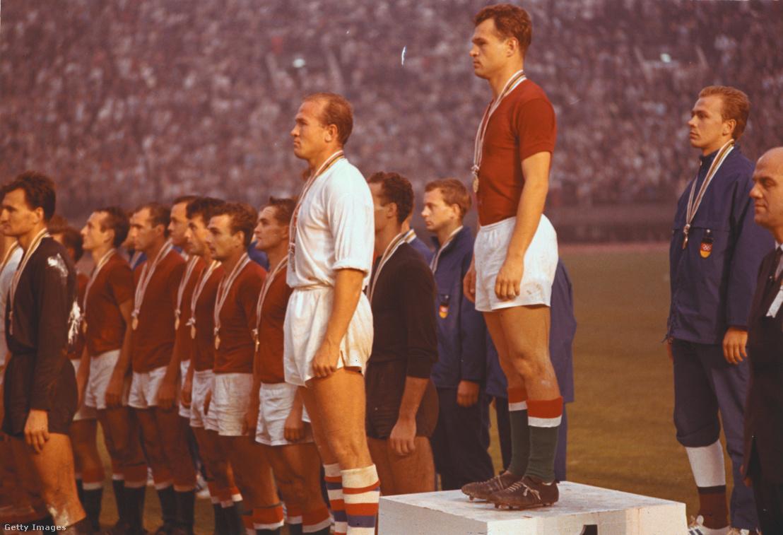 Az első helyezett magyar labdarúgó válogatott a tokiói olimpiai dobogó legfelső fokán piros mezben 1964. október 23-án