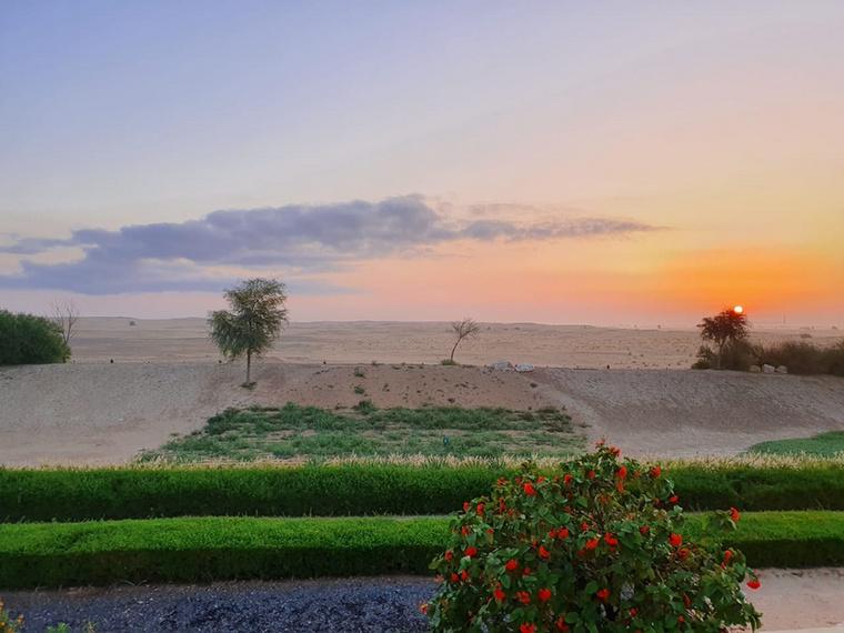 Angie a dubaji hajnalokon sivatagra néző ablakából gyönyörködhet.