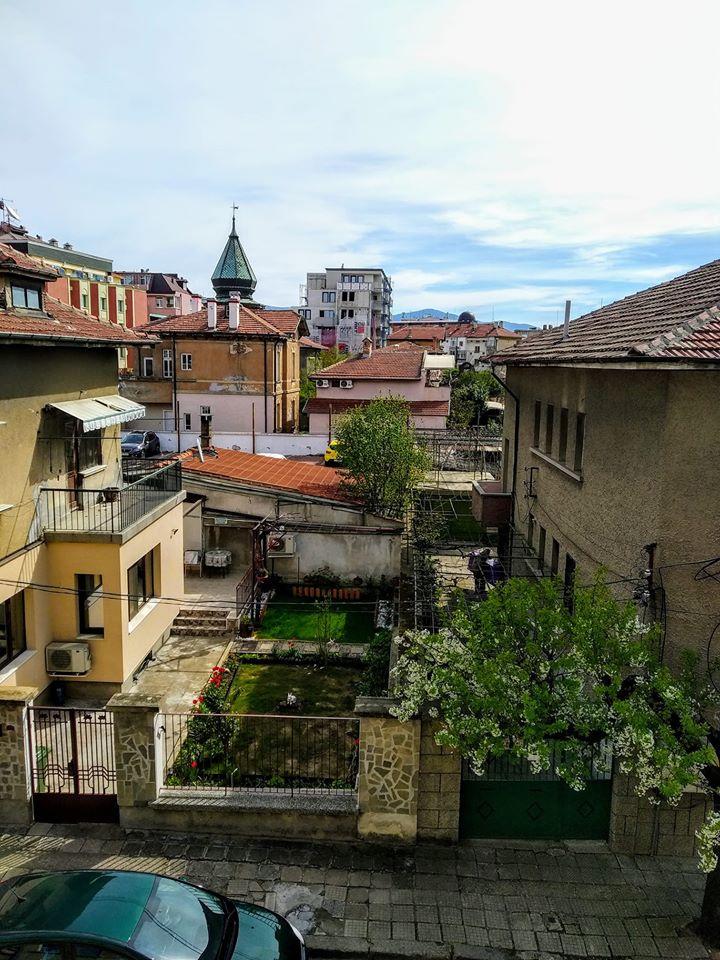 Yordan az ablakából a bolgár Kazanlak nevű városka macskaköves utcácskájára, tavaszi kertjeire és terrakotta háztetőire lát