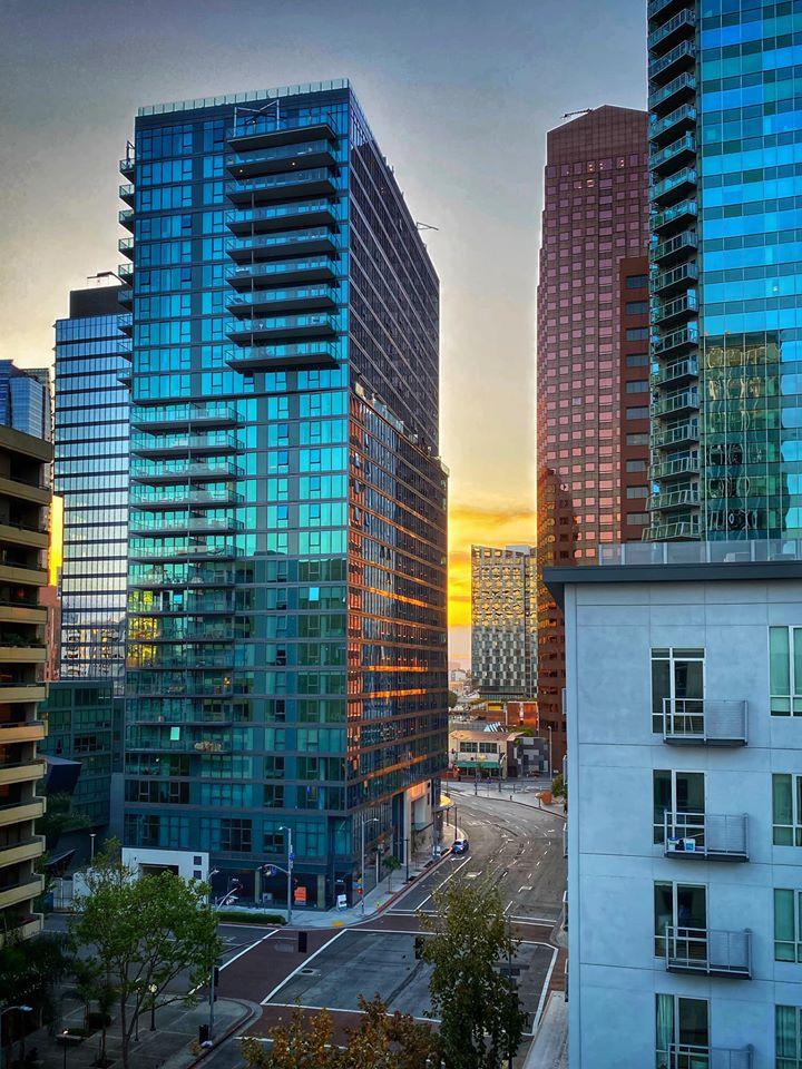 A naplemente a karanténban töltött mindennapok egyik különleges időszaka, amit Sean a Los Angeles-i üvegpaloták tükröződésében láthat