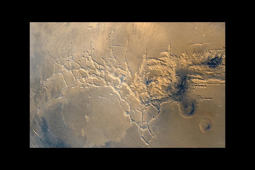 A Noctis-kanyonlabirintusban úgynevezett szellemdűnék találhatók. A NASA kutatói szerint egykor több tíz méter magas dűnék voltak itt, amiket később láva vagy víz árasztott el. Megőrizték alapjaikat, de a tetők elmosódtak, ennek köszönhetik érdekes formájukat.