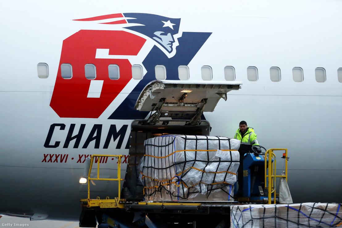 Bostonba érkezett N95-ös maszkszállítmány a kínai Sencsenből, a New England Patriots gépével 2020. április 2-án
