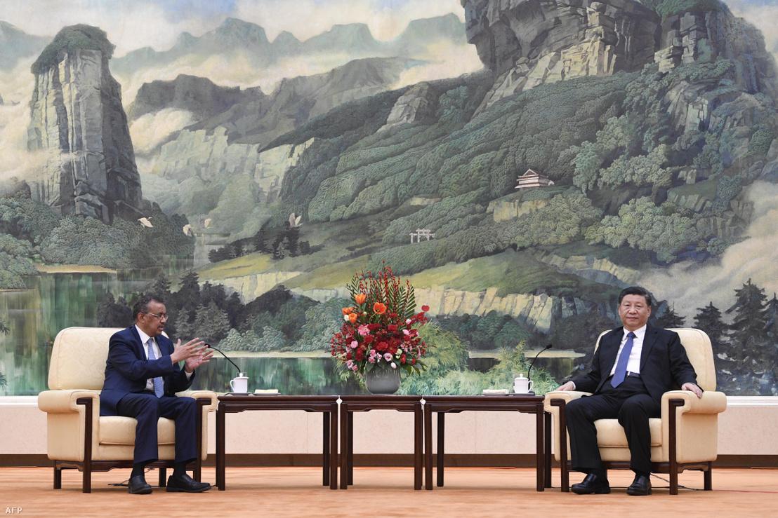 Tedrosz Adhanom (balra), a WHO főigazgatójának találkozója Hszi Csin-ping kínai elnökkel Pekingben 2020. január 28-án.