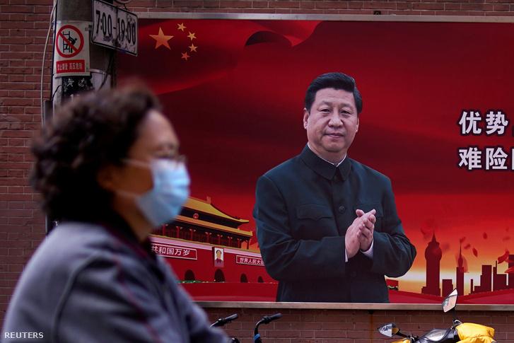 Kormányplakát Hszi Csin-ping arcképével Sanghajban 2020. március 12-én