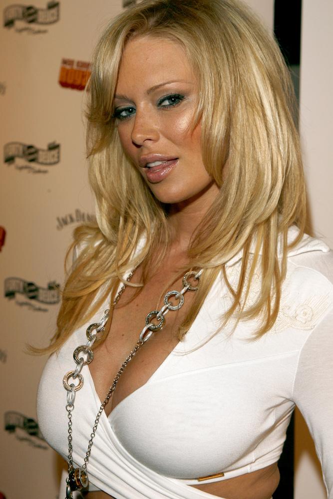 Jenna JamesonAz egykori pornószínésznőről sokan nem gondolnák, de 2007-ben ő is eltávolíttatta a szilikont a melléből - ellenben a fenekébe később rakatott egy kicsit, hogy nagyobbnak tűnjön