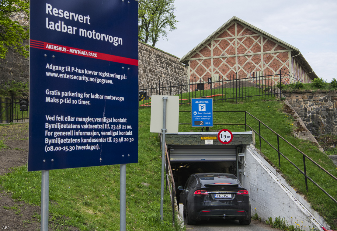 Autó hajt be egy kizárólag elektromos autóknak fenntartott parkolóházba Oslóban.