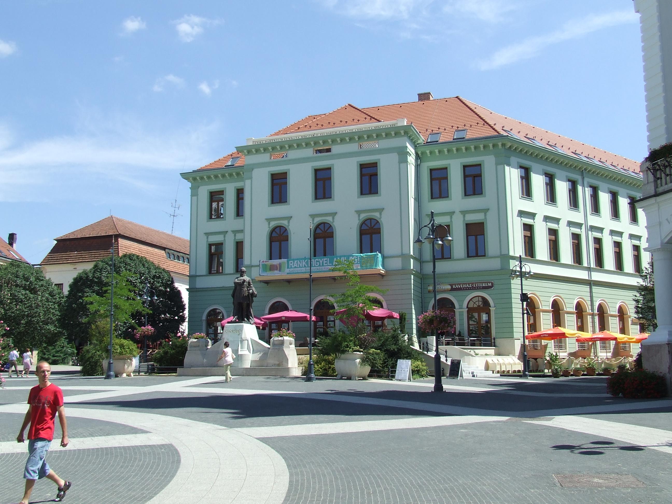 Szinte nincs olyan nagyobb város, ahol ne lenne egy Kossuth tér. Ez melyik településhez tartozik?