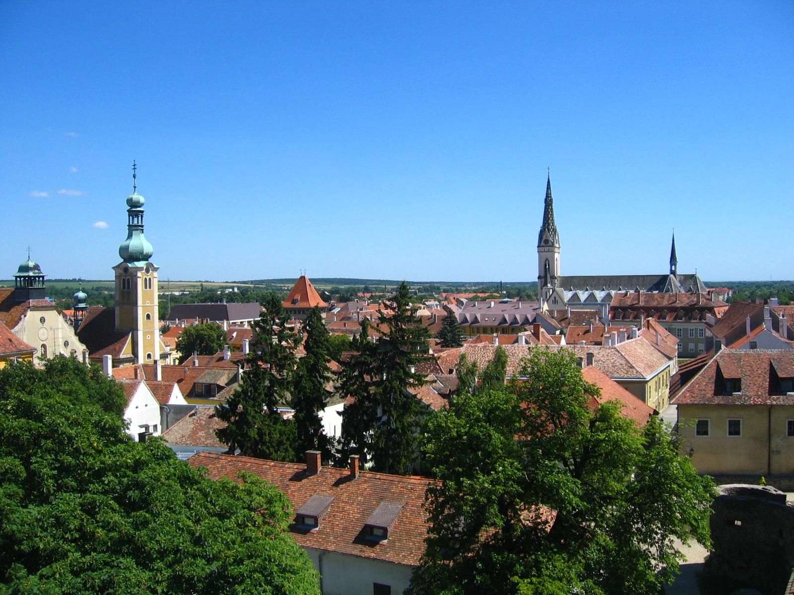 Ezen a képen számos templomtorony látható, de egy vár is található a településen. Melyik város ez?