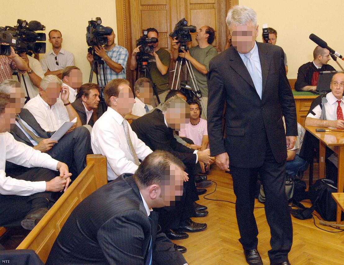 Kerék Csaba a helyére megy, miután beszélt az utolsó szó jogán a Fővárosi Bíróságon a Kulcsár-ügy tárgyalásán 2008. augusztus 22-én
