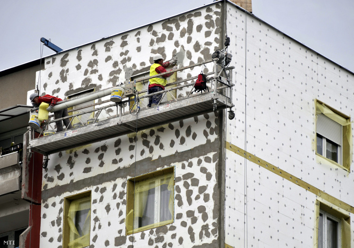 Budapesti panelházak teljes energetikai felújítása során külső hőszigetelést, nyílászárók cseréjét és napkollektorok felszerelést végeztek 2012-ben, amivel a ház 30-40 százalékos fűtési költséget tud megtakarítani