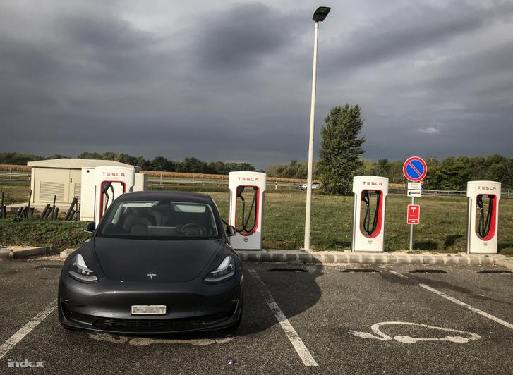 Tesla elektromosautó töltőállomás
