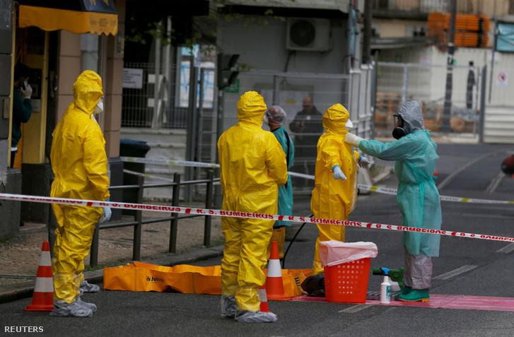 Védőruhás emberek fertőtlenítették a hotelt