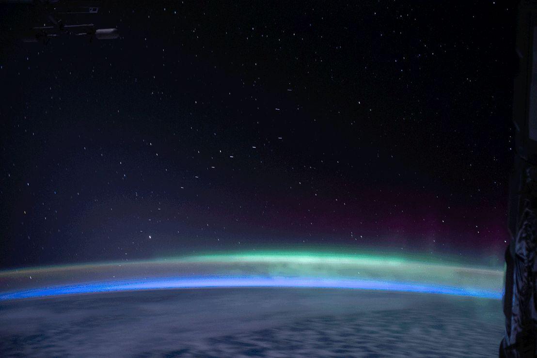 Starlink műholdak a Nemzetközi Űrállomásról nézve (2020. április 13-i fotó)