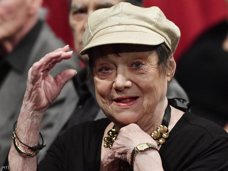 A 80. születésnapját ünneplő Csűrös Karola színművész a fővárosi Madách Színházban tartott köszöntésen 2016. november 8-án.