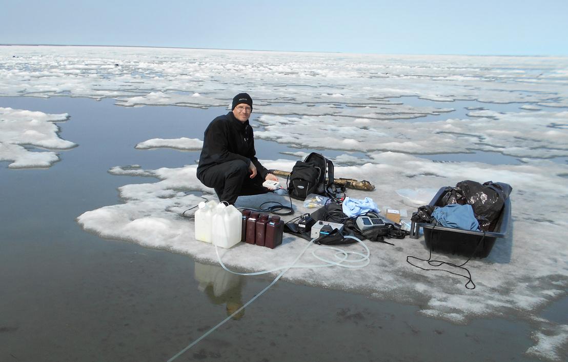 Az LTER egyik kutatója vesz mintát az Alaszka északi partjainál fekvő Beaufort-tengerből. Idén ezt a programot is törölték