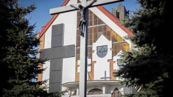 Óriási napelemes keresztet emelt egy lengyel pap a klíma védelmében