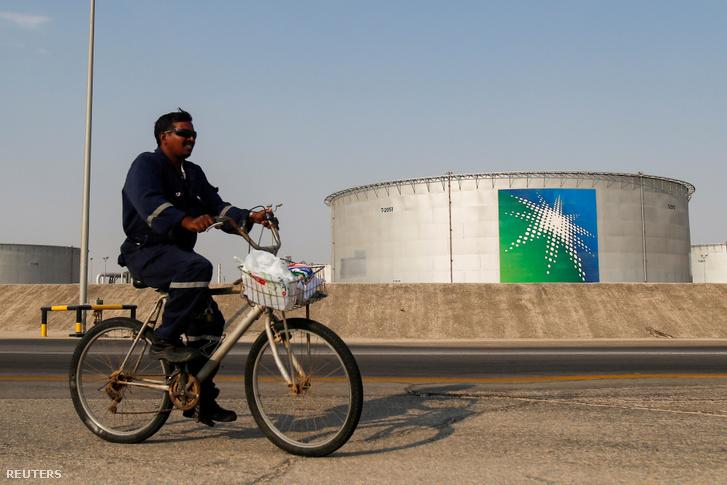 Egy munkás kerékpározik el a szaúdi Aramco olajtározói előtt 2019 októberében