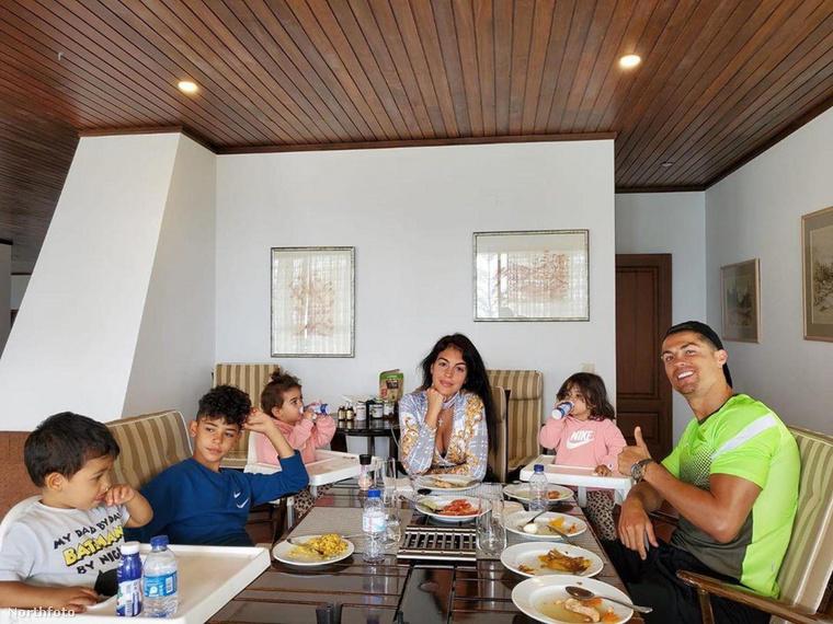 A gyermekeivel szívesen fürdőző Cristiano Ronaldo asztala sem volt üres az ünnepek alatt