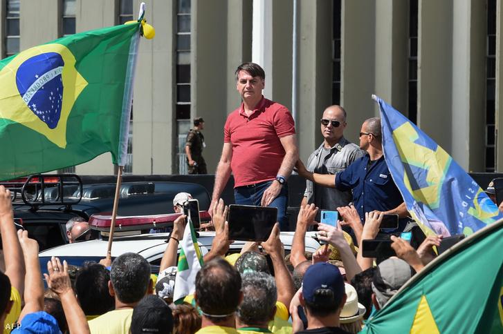 A brazil elnök, Jair Bolsonaro támogatóival a koronavírus-járvány miatt hozott intézkedések ellen szervezett felvonuláson 2020. április 19-én