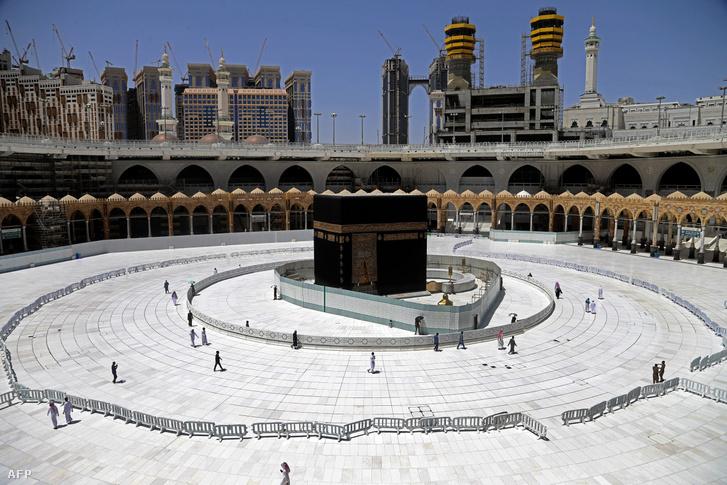 Kordonok a Nagy Mecset közepén álló Kába-szentély körül a szaúd-arábiai Mekkában
