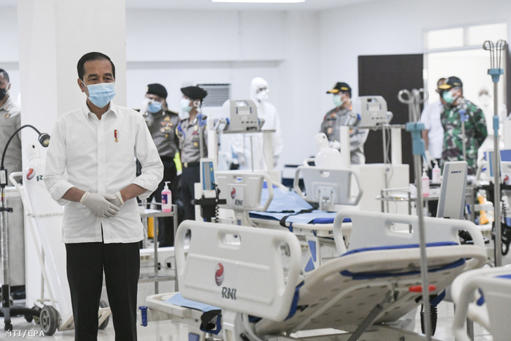 Joko Widodo indonéz elnök (j) látogatást tesz egy sportlétesítményben kialakított járványkórházban, Jakartában 2020. március 23-án