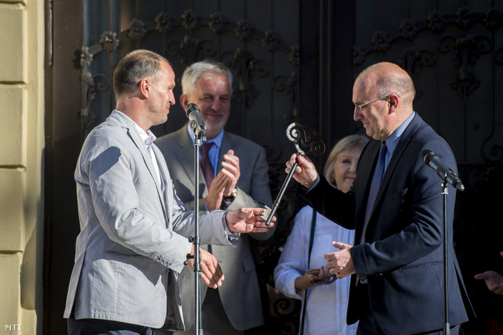 Rázga Miklós, a Pécsi Nemzeti Színház igazgatója (b) átadja a színház kulcsát Magyar Attilának, a POSZT ügyvezetõ igazgatójának a Pécsi Országos Színházi Találkozó (POSZT) megnyitóján 2017. június 8-án. Mellettük Halász Judit Kossuth-díjas színművésznő és Páva Zsolt akkori polgármester.