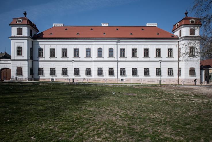 A szépen helyreéllított kastélyon most már a tóparton sétálóknak is megakadhat a szeme