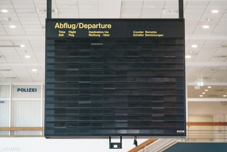 Elsötétült kijelző a koronavírus-járvány miatt teljesen elnéptelenedett berlini Schönefeld repülőtéren 2020. április 9-én.