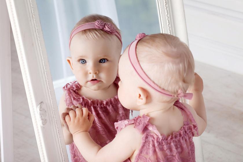 Mikor ismeri fel magát a baba a tükörben? Az első év legfontosabb változásai