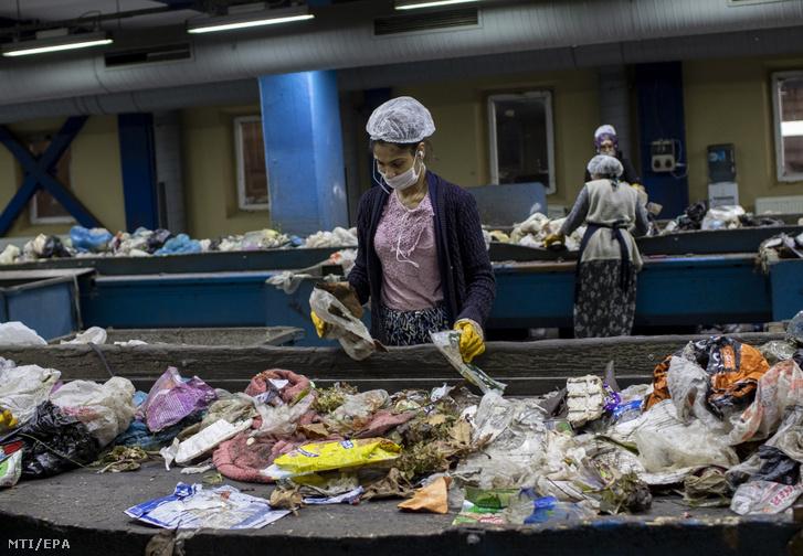 Újrahasznosító anyagokat válogatnak szét dolgozók az isztambuli Odayeri lakossági hulladékfeldolgozóban