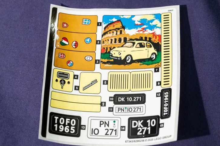 Egy rakás matricát kapunk hozzá, eredeti, régi fajta olasz, német és dán rendszámokkal. Ki találja ki, hol gyártják a Legót?