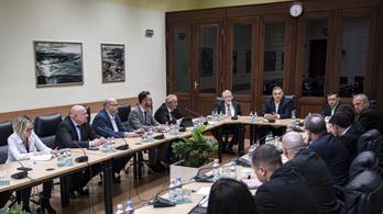 Parlamenti meghallgatásra hívták Káslert és az egész operatív törzset