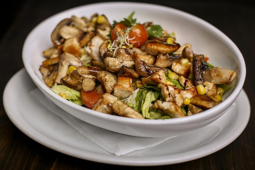 Zöldséges sültcsirke-saláta: alaposan eltelít, mégsem hizlal