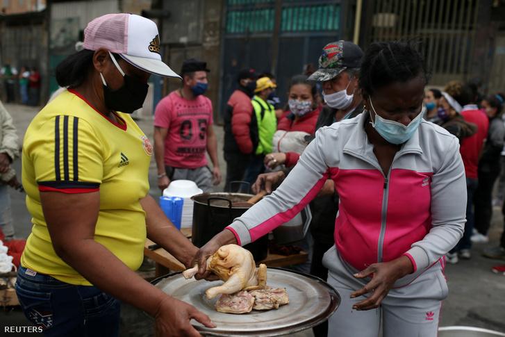 Szomszédok főznek a rászorulóknak ételt tüntetésen a kormány élelmiszer-segély igénylés miatt Bogotában 2020. április 21-én