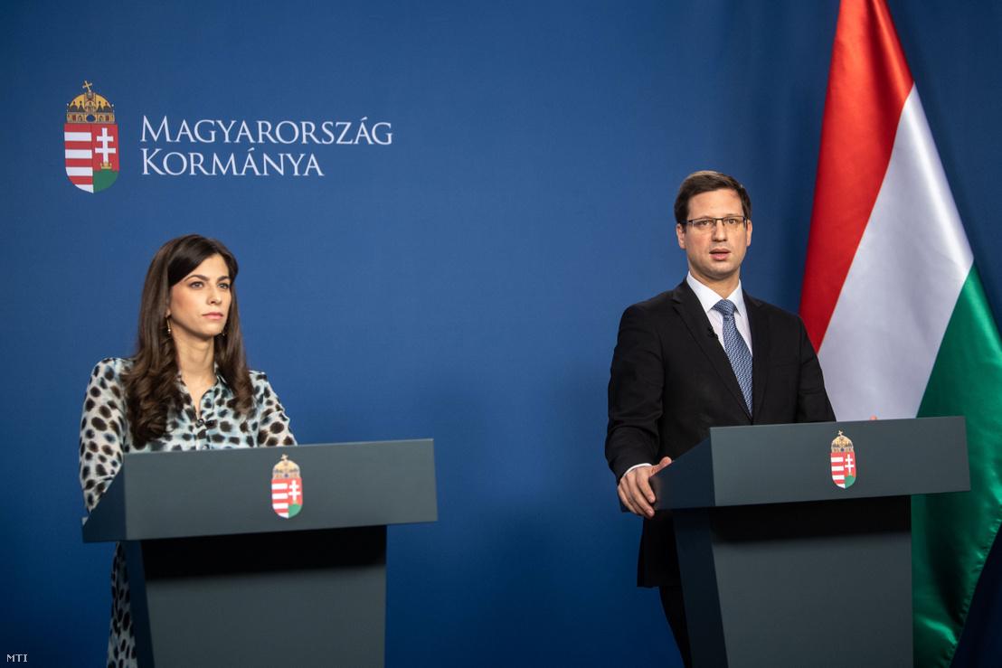 """Gulyás Gergely Miniszterelnökséget vezető miniszter és Szentkirályi Alexandra kormányszóvivő online sajtótájékoztatója """"Kormányinfó - Mit, miért tesz a kormány?"""" címmel 2020. április 4-én"""