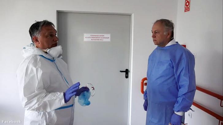 Orbán Viktor (balra) kórházmegtekintés közben 2020. április 19-én