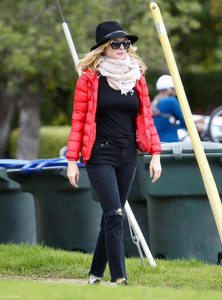 A színésznőt Los Angelesben fotózták le a paparazzók.Mint látja, fekete szettjét egy piros pufidzsekivel és világos sállal dobta fel