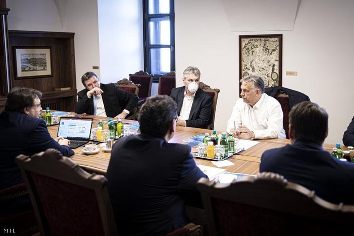 Orbán Viktor miniszterelnök virológusokkal egyeztet a Karmelita kolostorban 2020. április 9-én