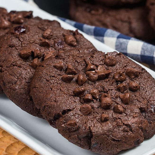 Különleges dupla csokis keksz: olvasztott és csokichips formájában kerül a tésztába