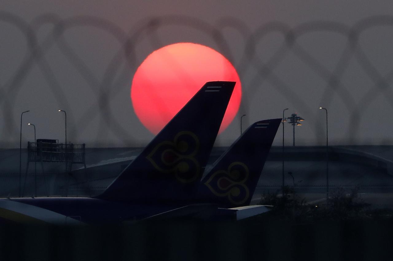 Bangkokban is pihennek a gépek a repülőtér aszfaltján 2020. március 25-én
