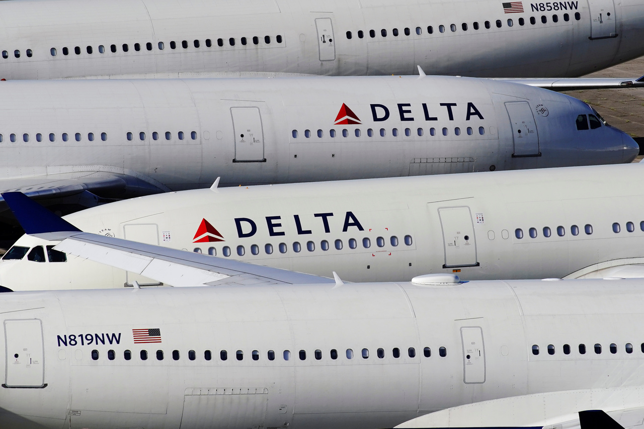 Delta Air Lines utasszállítói Brimingham-Shuttlesworth nemzetközi repülőtéren 2020. március 25-én