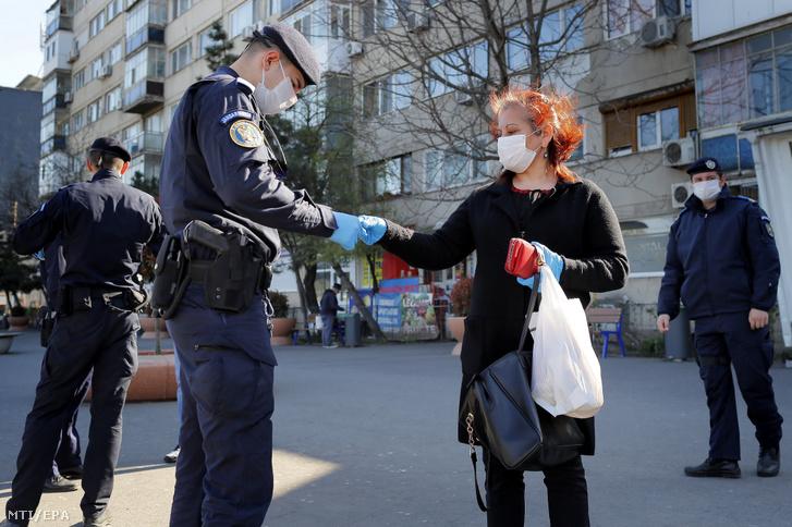 Járókelőket ellenőriznek rendőrök Bukarestben 2020. április 6-án.