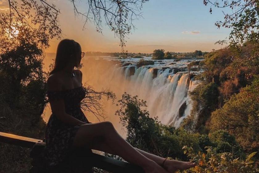 Sokan kérdezik a lánytól, hogy miből fizette az utazásokat, ő pedig elmondta, hogy már 12 éves kora óta erre spórolt. A fotón éppen Zimbabwe csodáiban gyönyörködik.