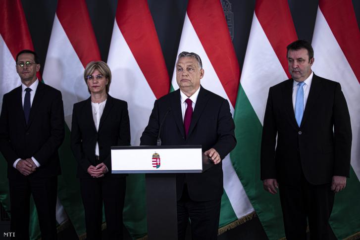 Orbán Viktor miniszterelnök bejelentést tesz Budapesten 2020. április 6-án. A kormányfő mögött Varga Mihály pénzügyminiszter, Mager Andrea nemzeti vagyon kezeléséért felelős miniszter és Palkovics László innovációs és technológiai miniszter.