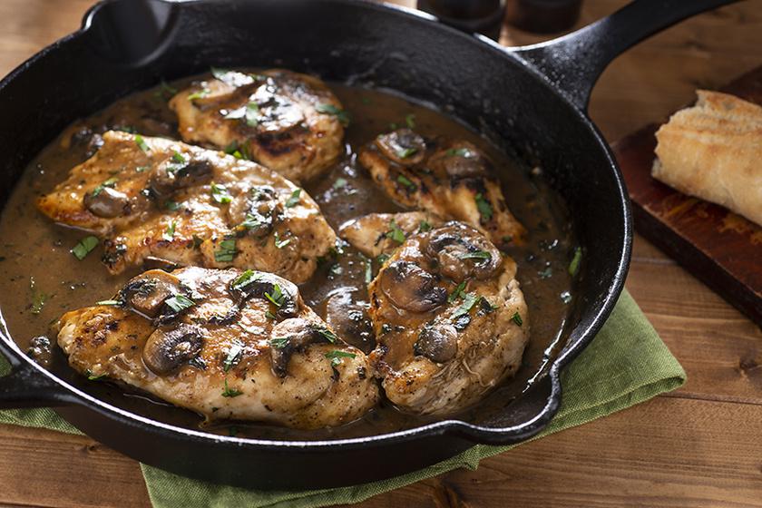 Serpenyős csirke gombával és borral sülve - Ha így sütöd, nem szárad ki a hús
