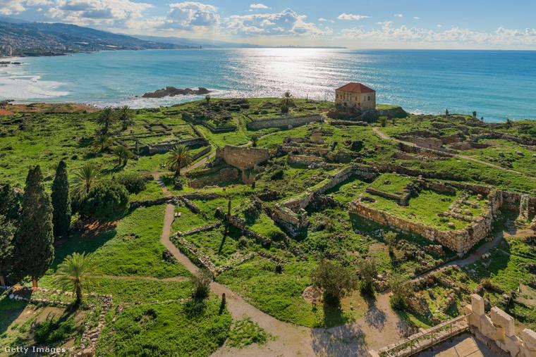 A libanoni Bübloszt 7000 éve alapították, 5000 éve forgalmas kikötővárossá fejlődött, 4800 éve pedig már városfal is körülvette